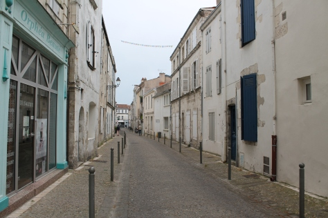 Ruelle shared by cars, bikes and pedestrians.