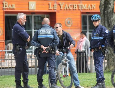 La Police (instead of David feeling unwell)